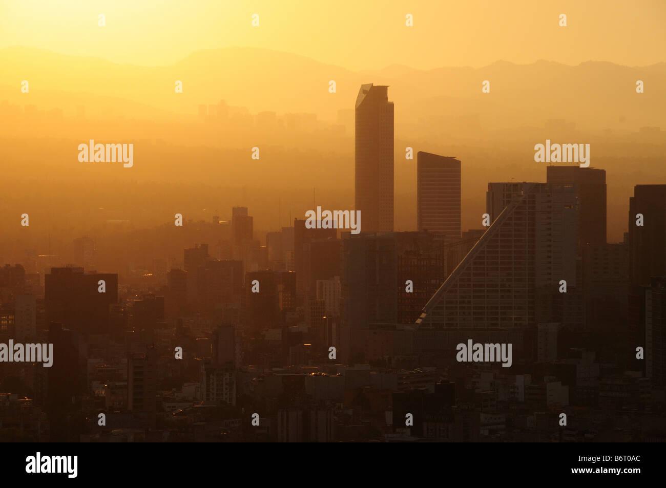 Lo smog al tramonto, skyline di Città del Messico Immagini Stock