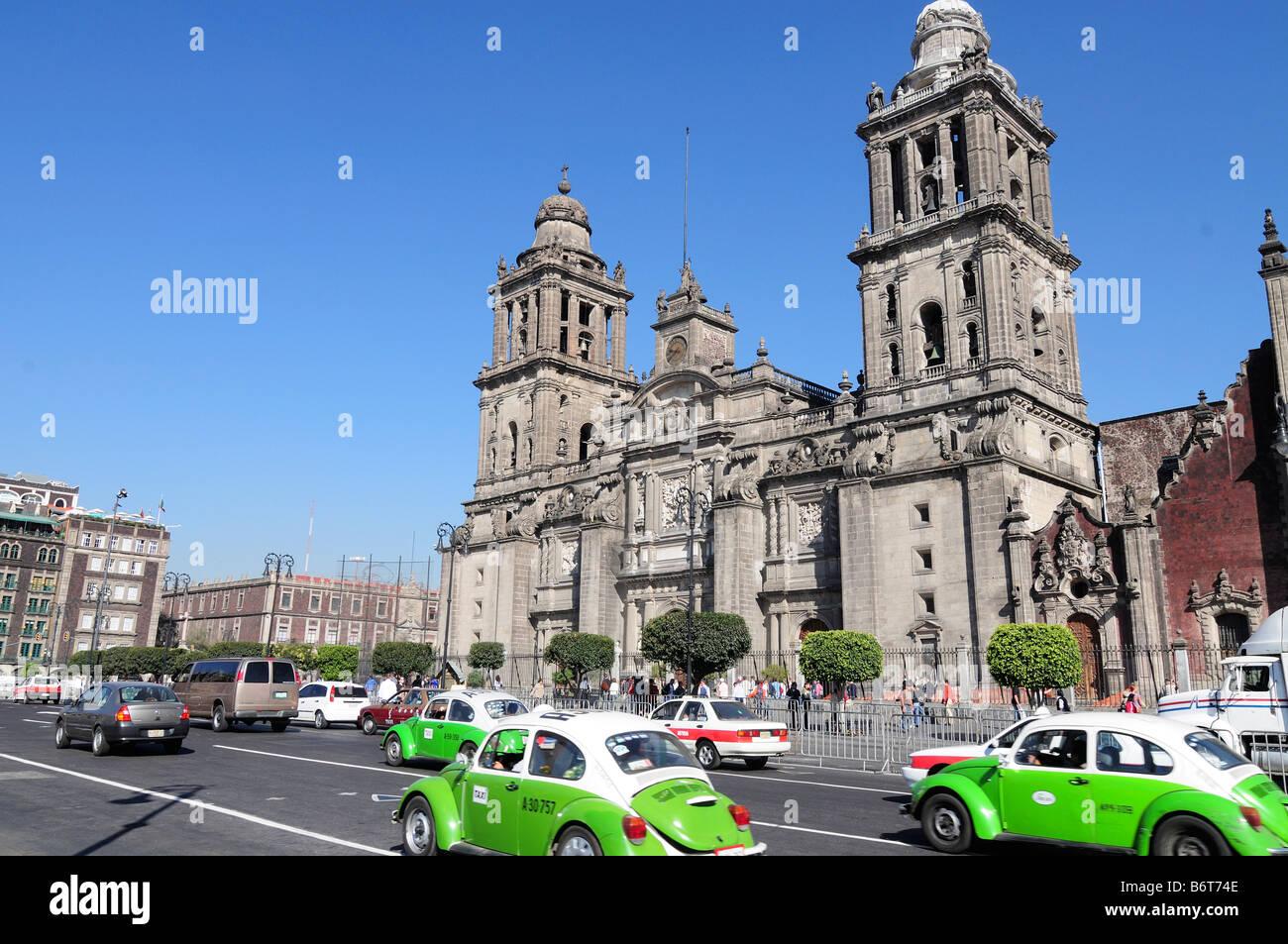 Il traffico nella parte anteriore della Catedral Metropolitana sulla Zocalo, Città del Messico Immagini Stock