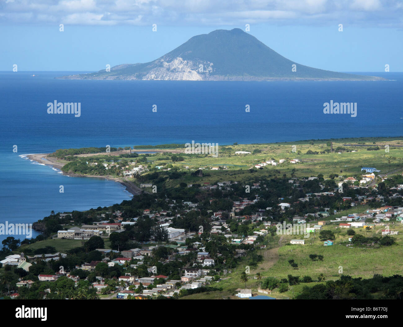 Vista dal parco nazionale di Brimstone Hill Fortress con Nevis sull'orizzonte in St Saint Kitts nei Caraibi, West Indies. Foto Stock