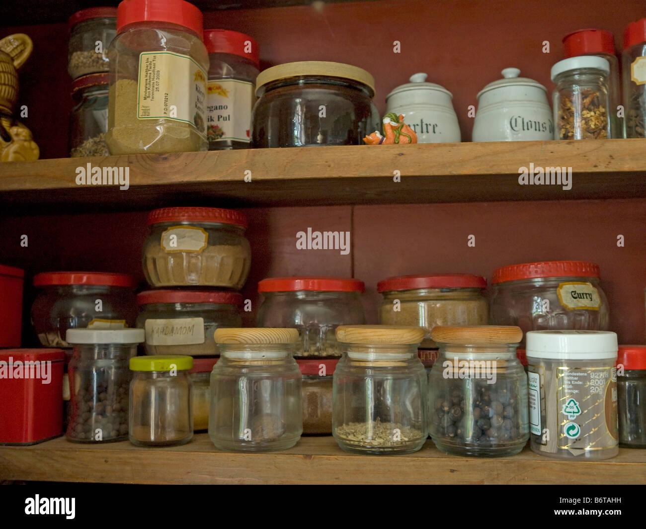 Credenza Con Tazze : Armadio della cucina con gli occhiali immagini