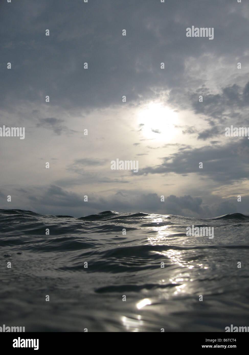 Vista di acqua e cielo guardando dalla superficie Immagini Stock