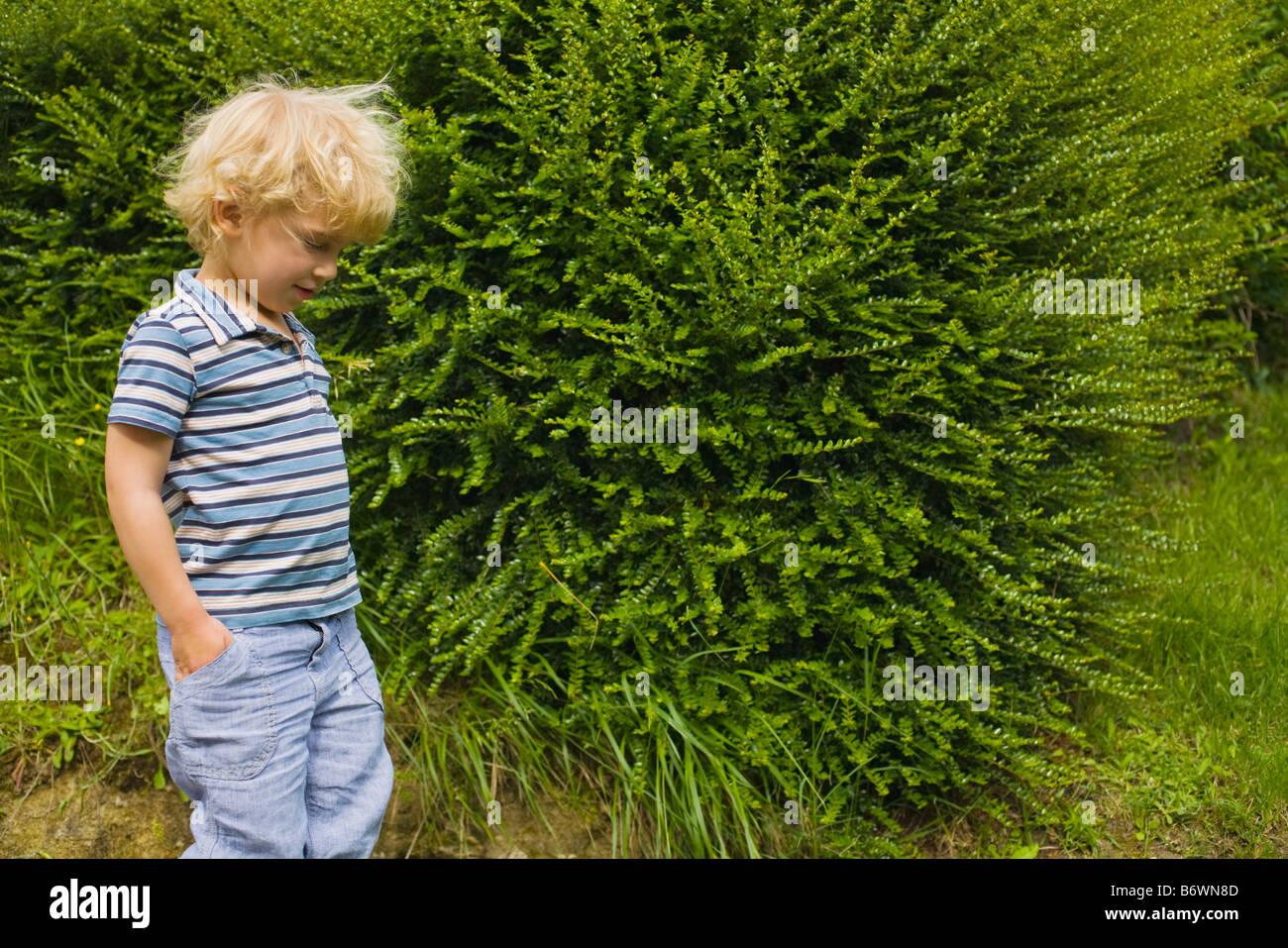 Un ragazzo oltrepassando una boccola Immagini Stock