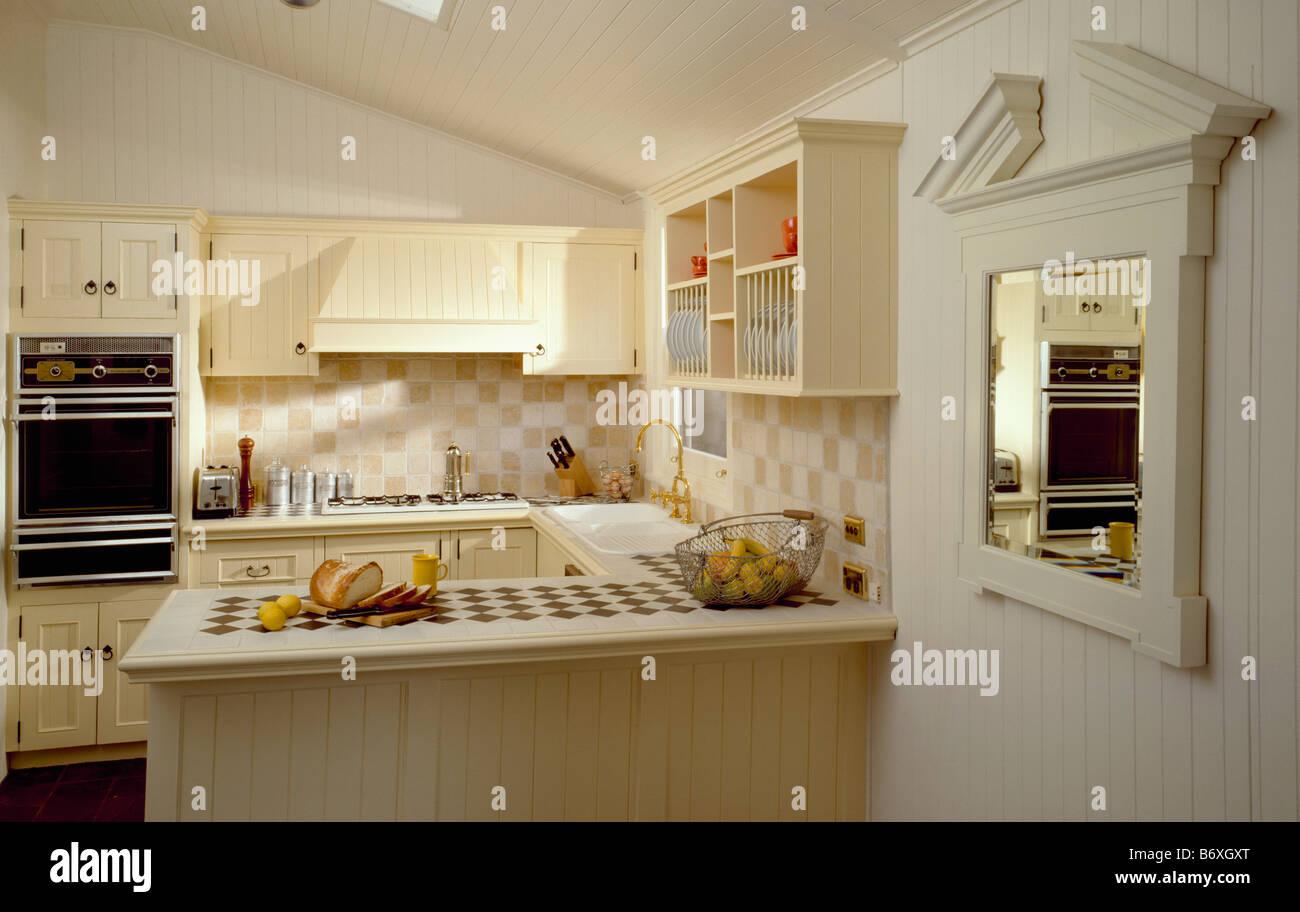 Bianco specchio sulla parete accanto all unità della penisola in
