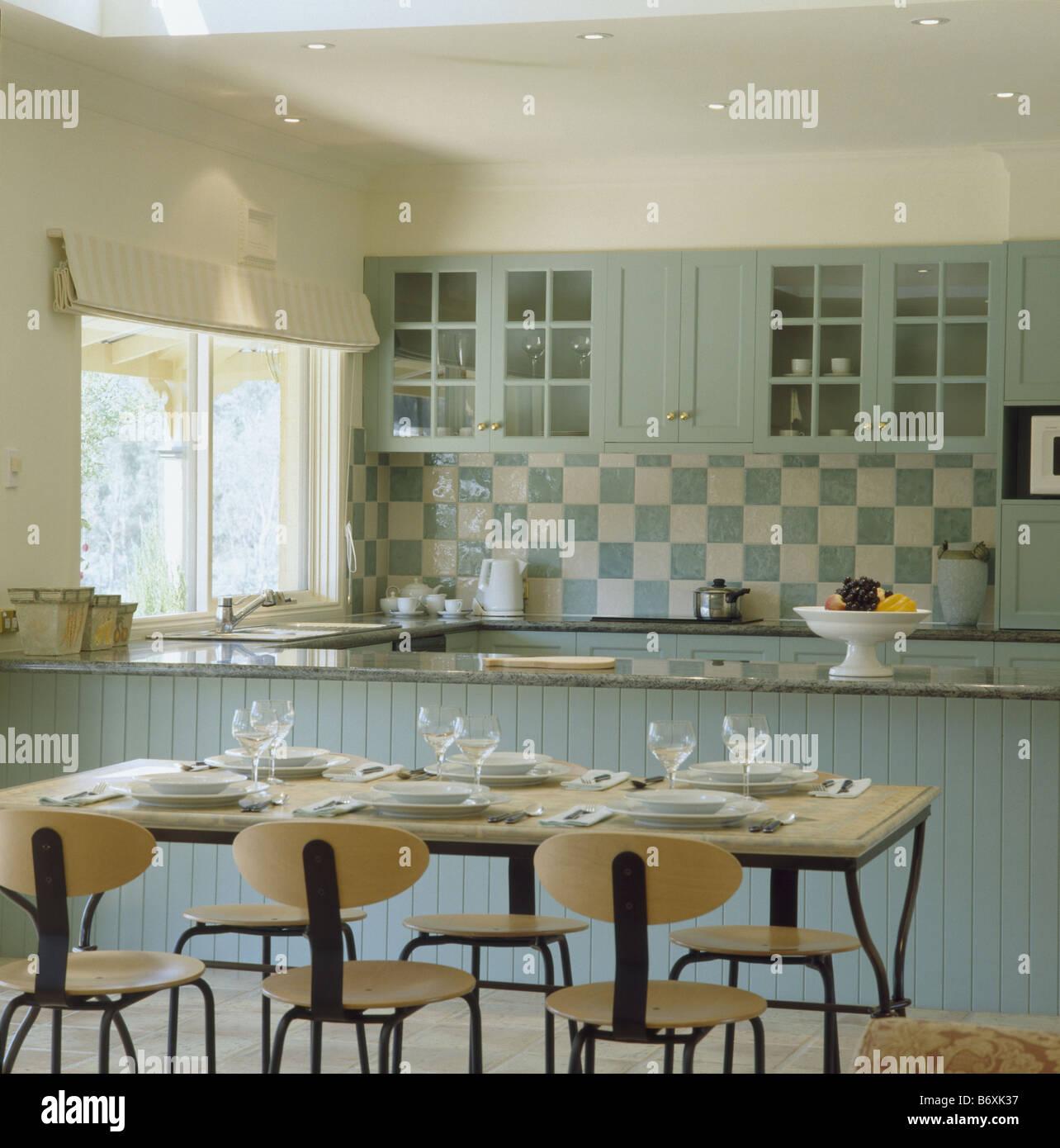 Tavolo moderno e sedie in una cucina sala da pranzo camera con tonalit di colore turchese e le - Camera da pranzo moderna ...