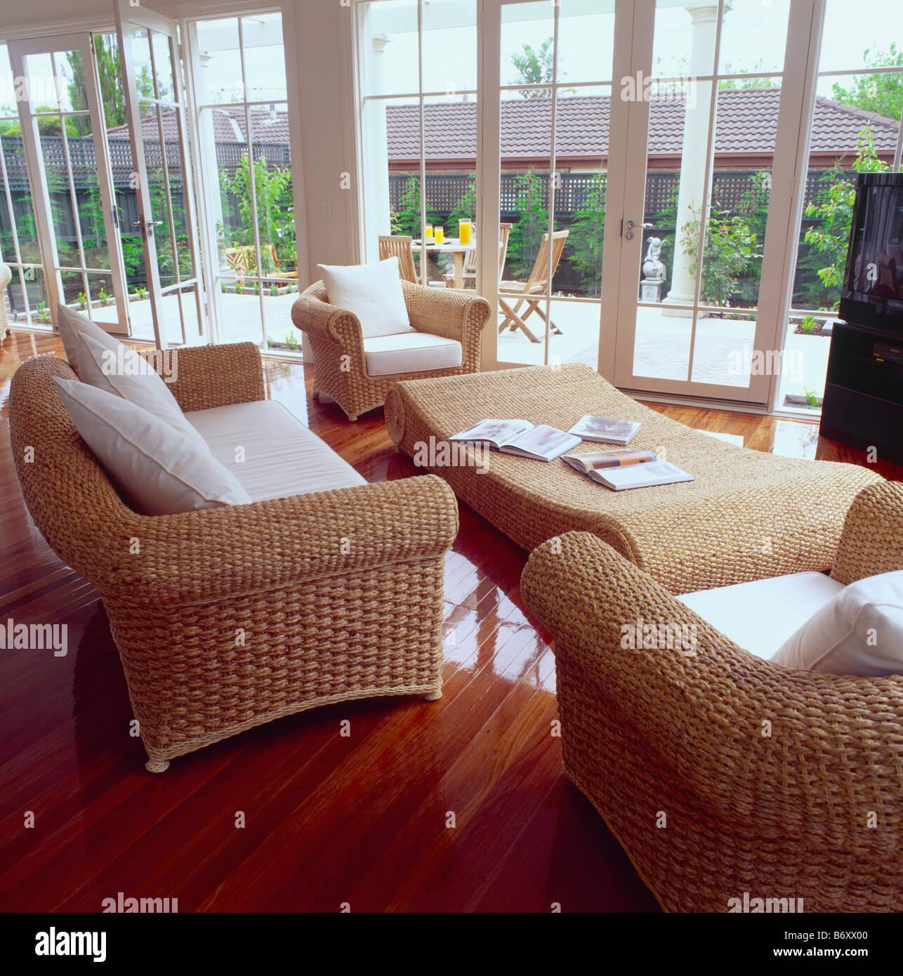 Poltrone In Vimini Da Interno vimini divano e poltrone con cuscini bianchi in