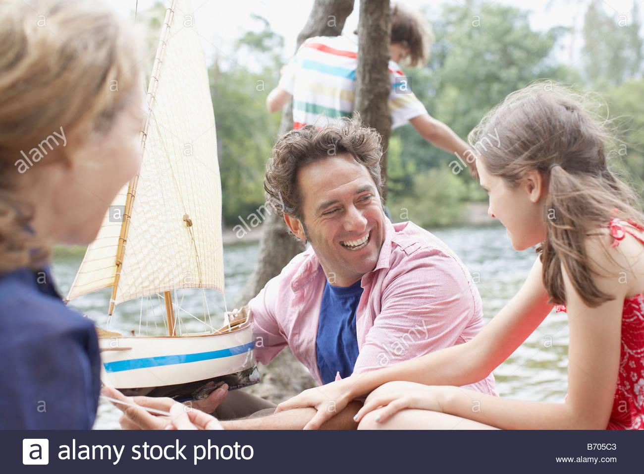 Famiglia avente fun vicino al lago Immagini Stock