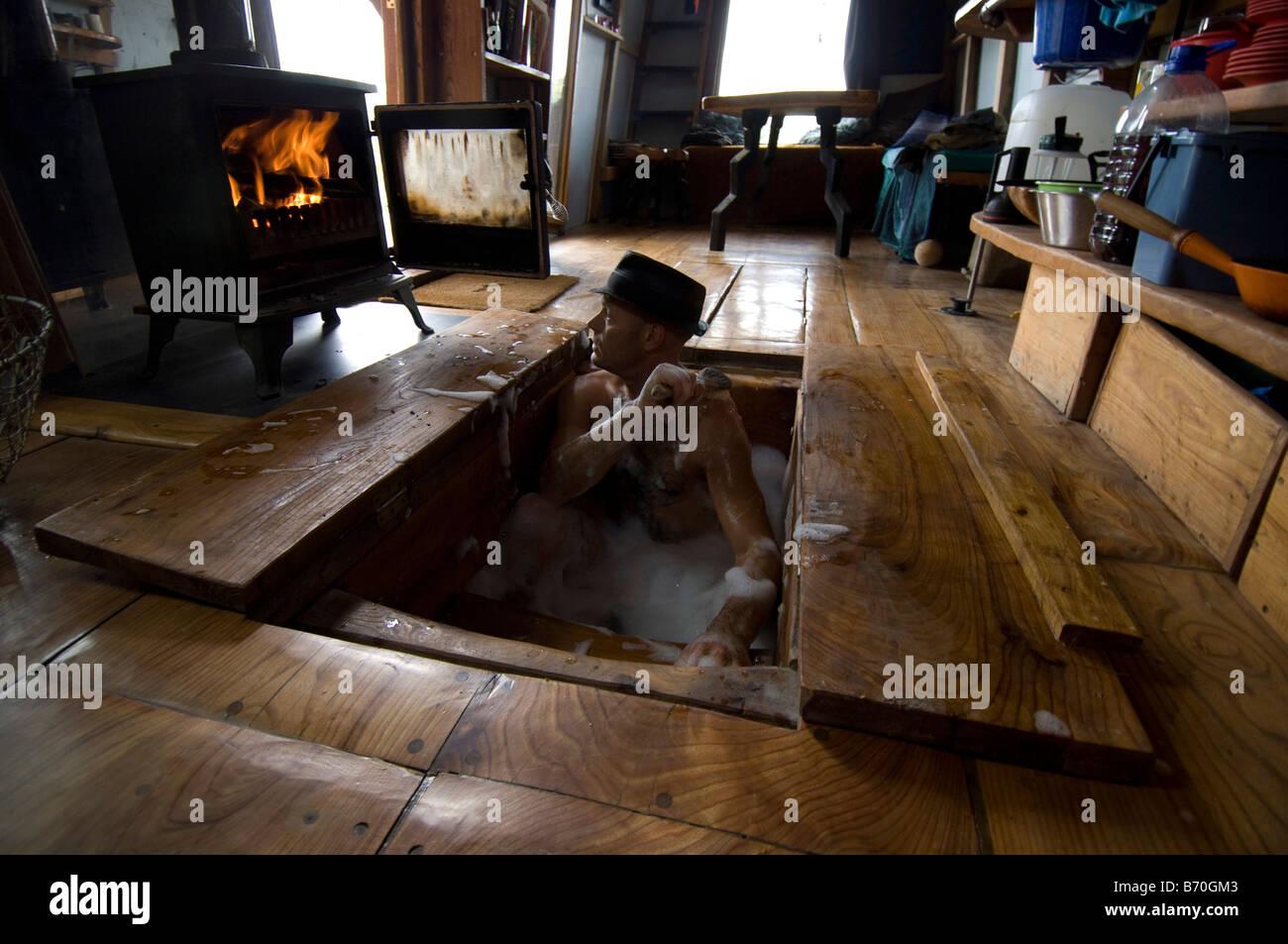 Vasca Da Bagno Riscaldata.Uomo Di Balneazione In Sua Mano Fatte Di Legno Dove Cabina Vasca Da
