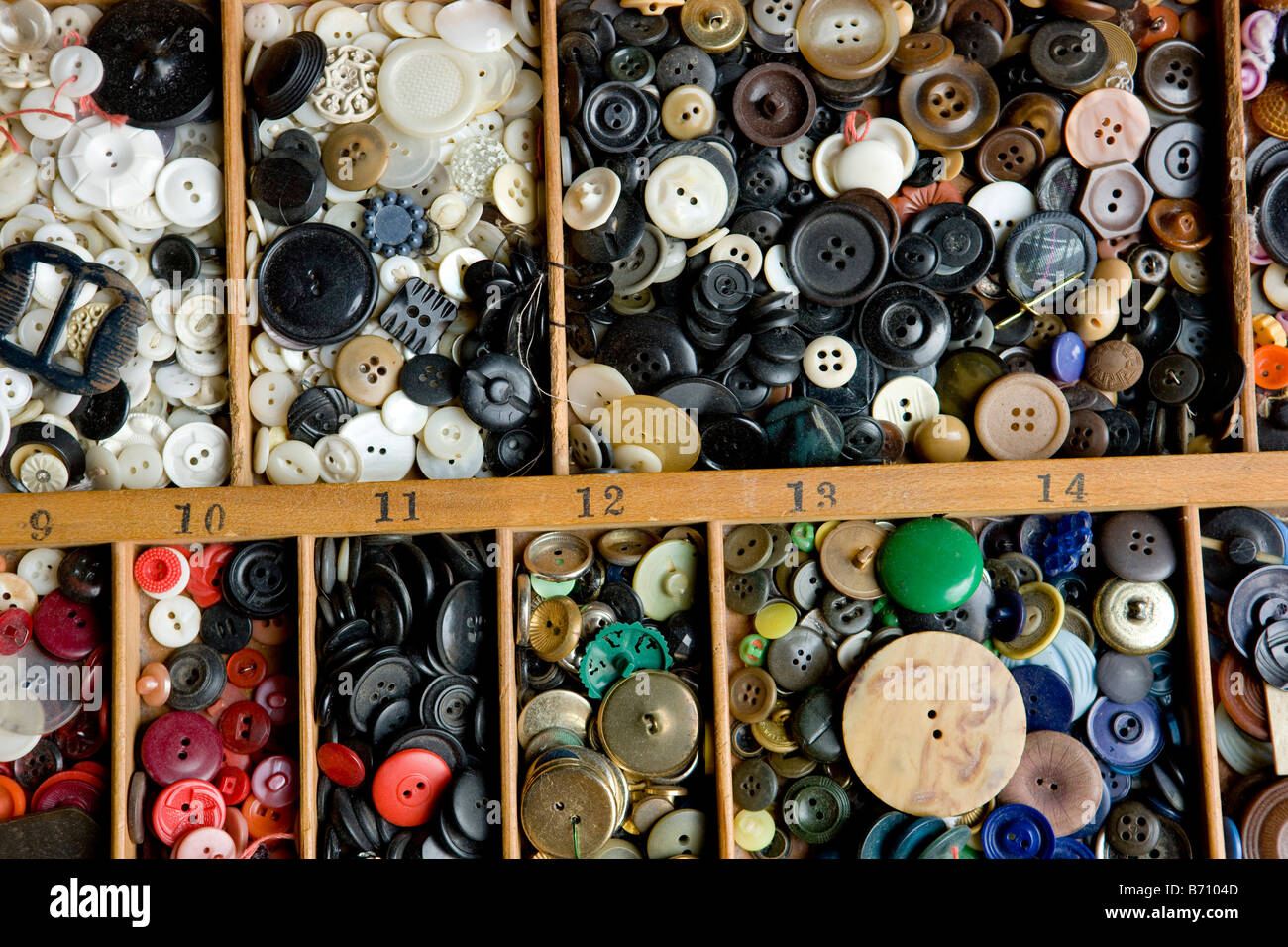 Una raccolta di più pulsanti colorati Foto Stock