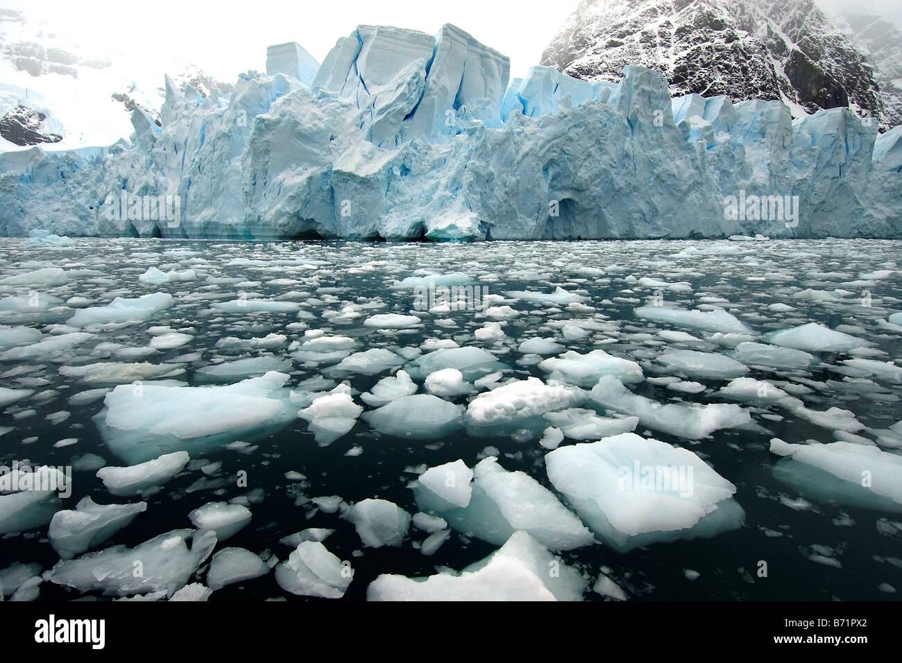 Antartica glaciar, luogo remoto, luogo selvaggio, freddo, ghiaccio, neve e blocchi di ghiaccio Immagini Stock