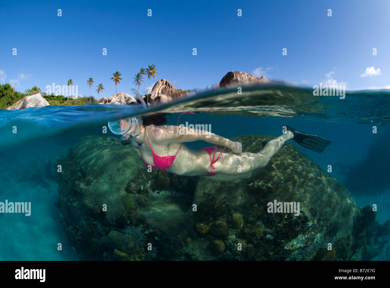 Lo snorkeling in Bagni beach, Isole Vergini Britanniche, femmina sub, maschera ovale, bikini, acqua azzurra, acqua Foto Stock