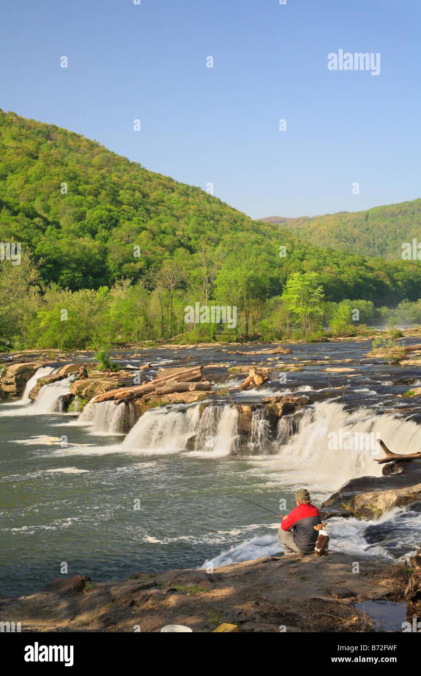 Fisherman e cane, Arenaria Falls, New River Gorge National River, West Virginia, USA Immagini Stock