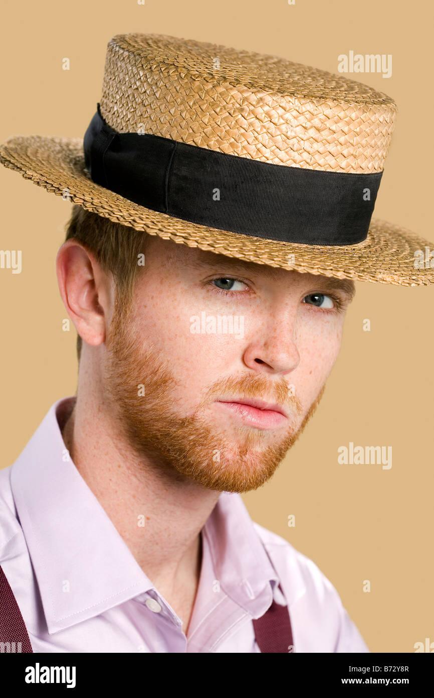 Giovane uomo con i capelli rossi e la barba indossando cappello di paglia e  giarrettiere 7d71f1b8540e