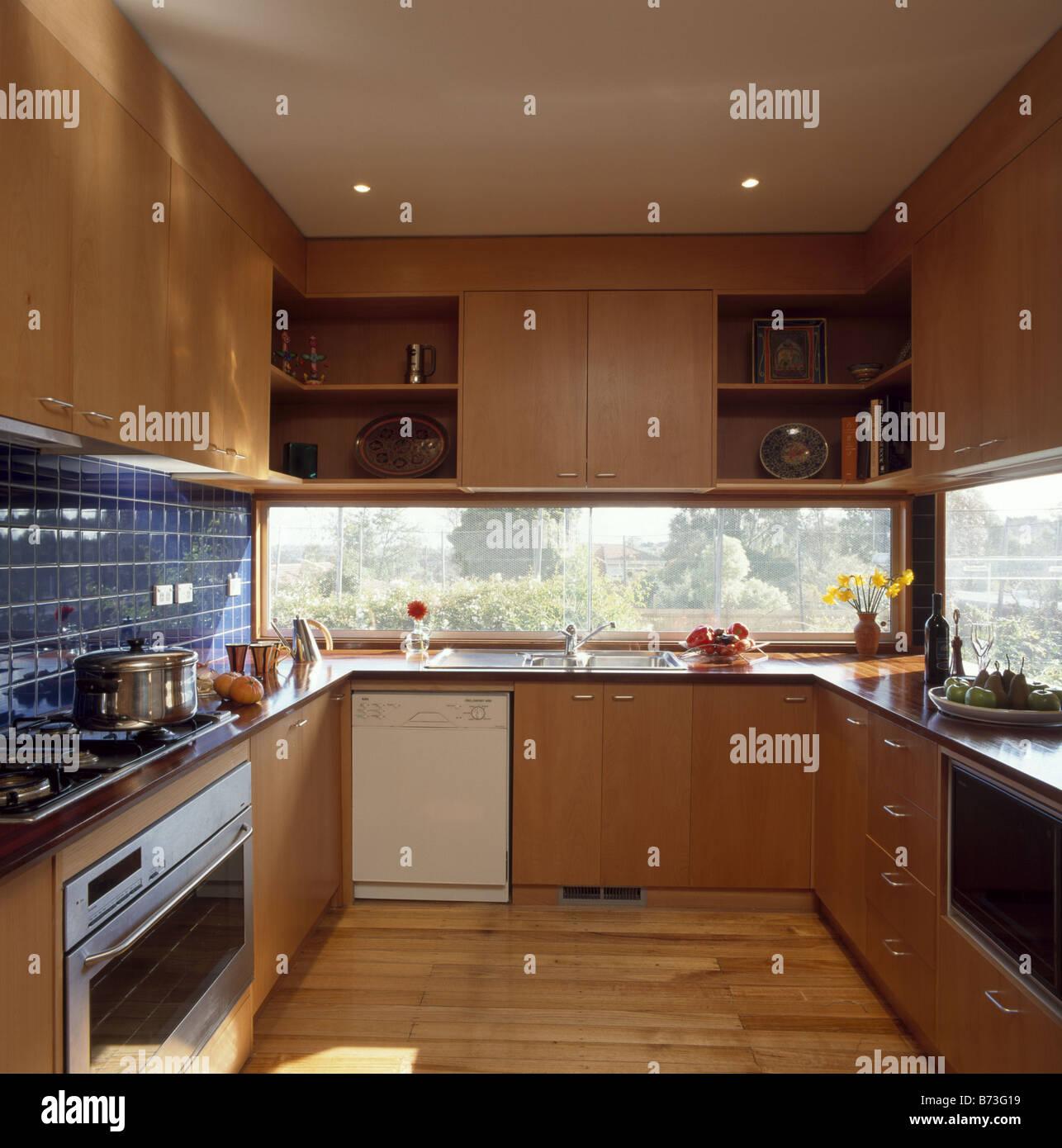 Lavastoviglie in semplici unità di legno nella cucina moderna con ...