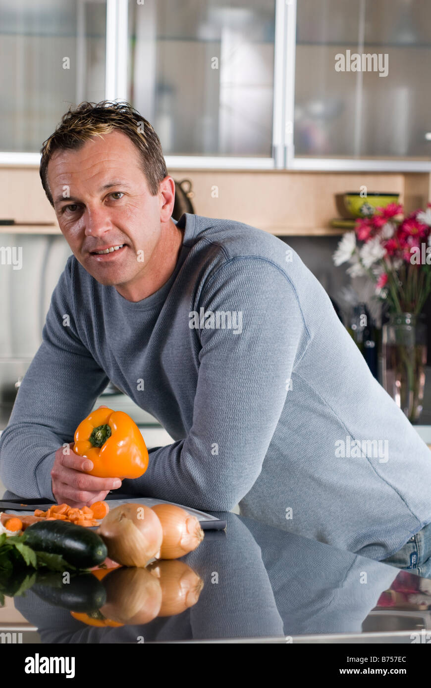 Uomo con verdure in cucina, Winnipeg, Canada Immagini Stock