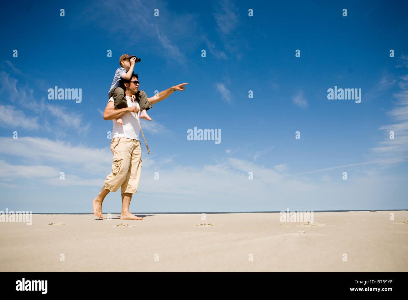 L'uomo porta ragazzo (7) sulle sue spalle, Grand Beach Parco Provinciale, Manitoba, Canada Immagini Stock