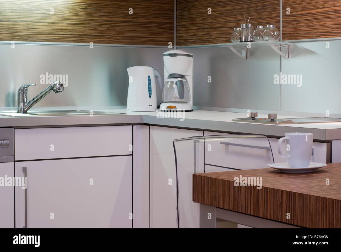 Bianco moderno interior design cucina angolo con apparecchi ...