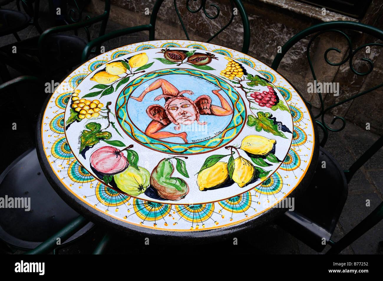 Tipica siciliana tavoli in ceramica in vendita nel negozio in ...