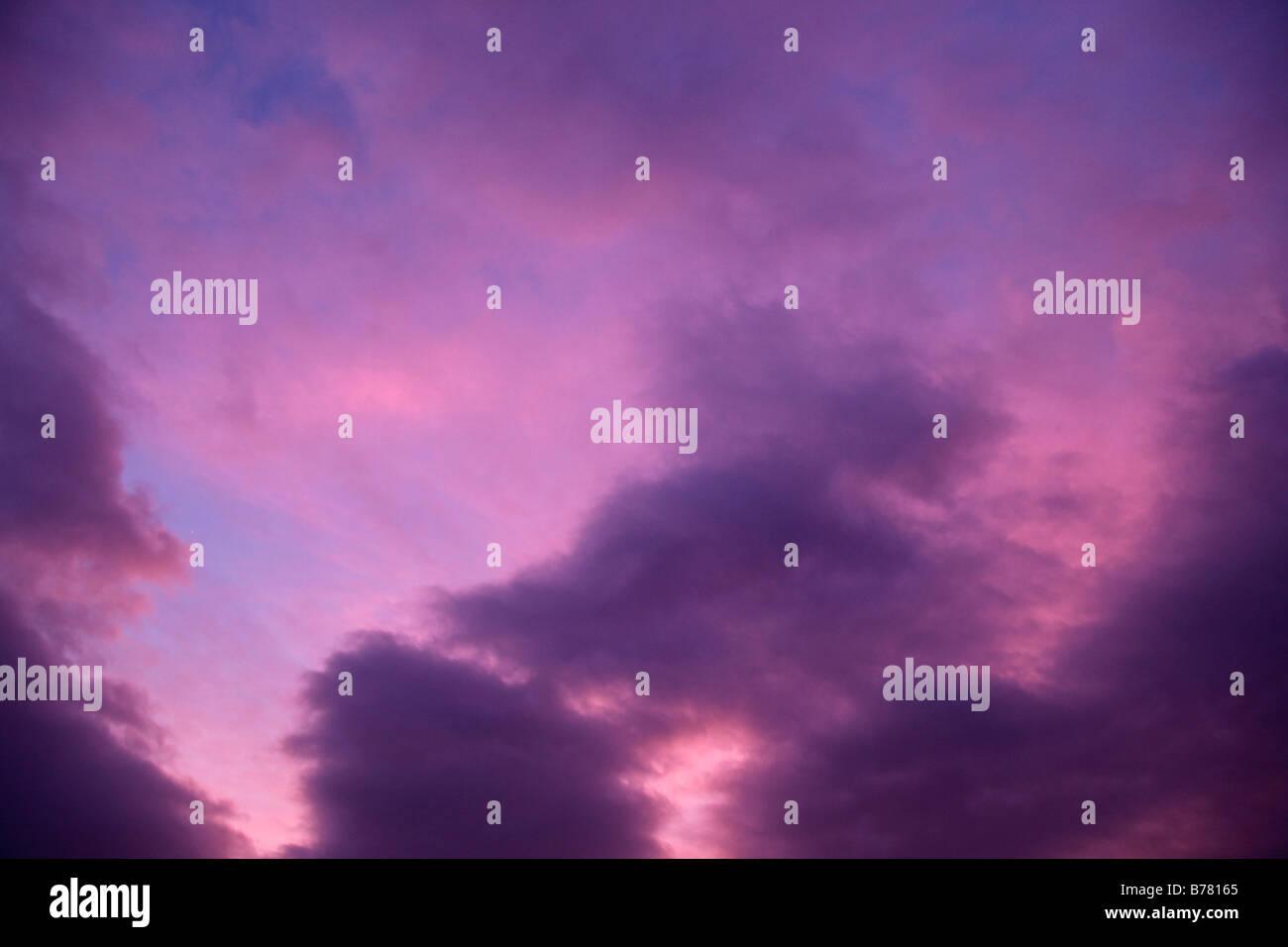 Viola Cielo e nubi sfondo sullo sfondo Immagini Stock