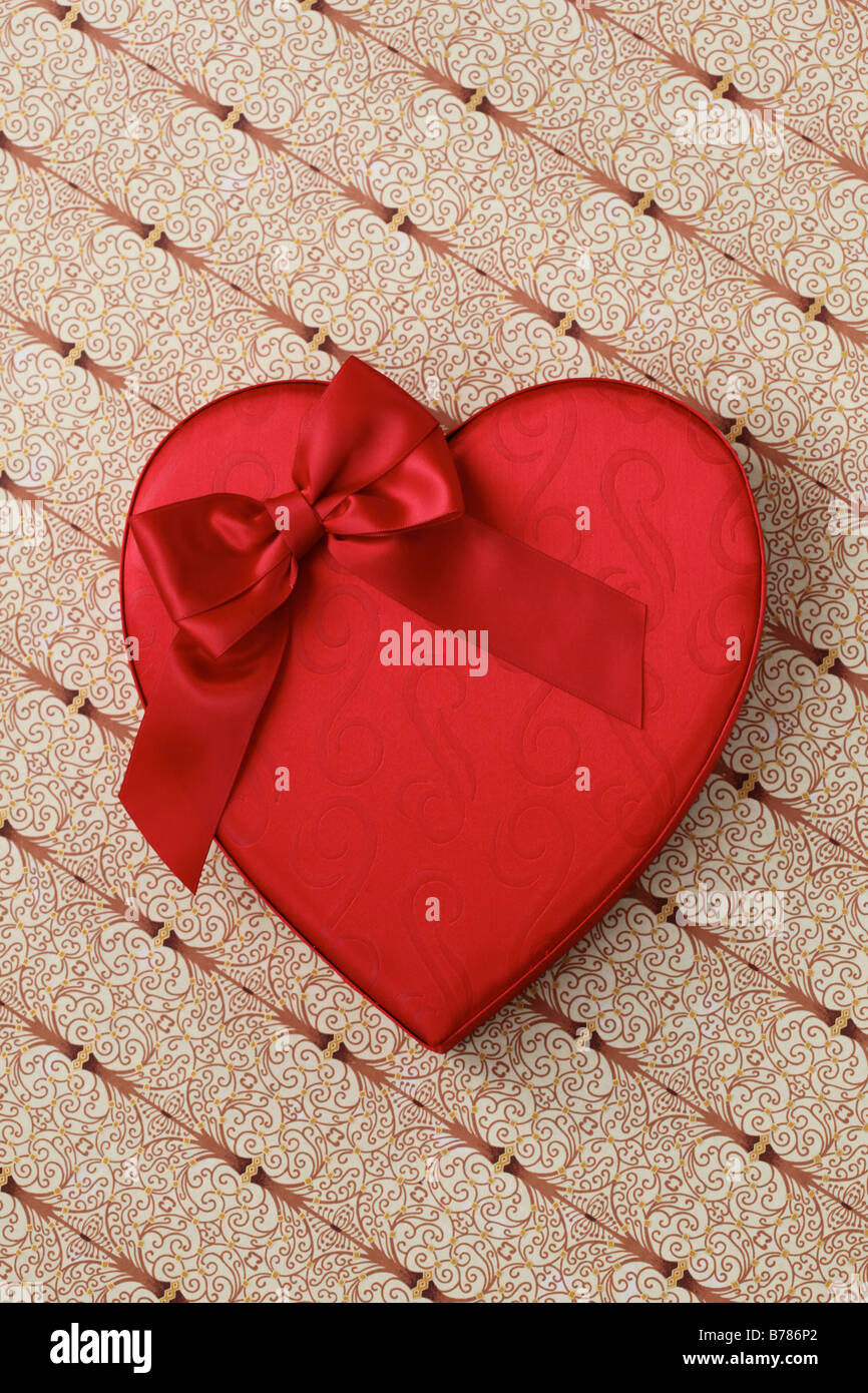 Cuore di San Valentino la caramella Scatola con fiocco rosso Immagini Stock