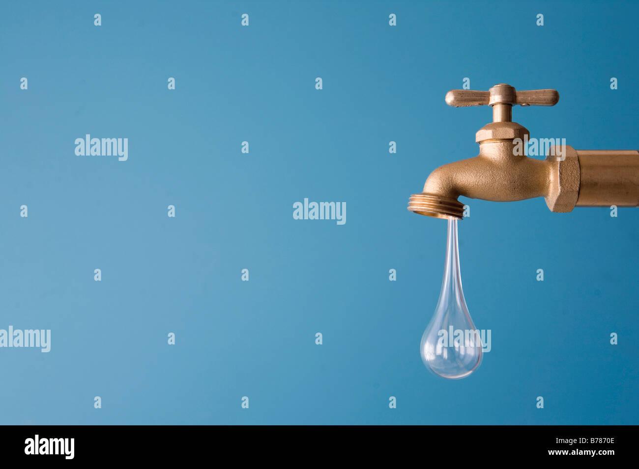 Giant goccia d'acqua che gocciola dal rubinetto Immagini Stock