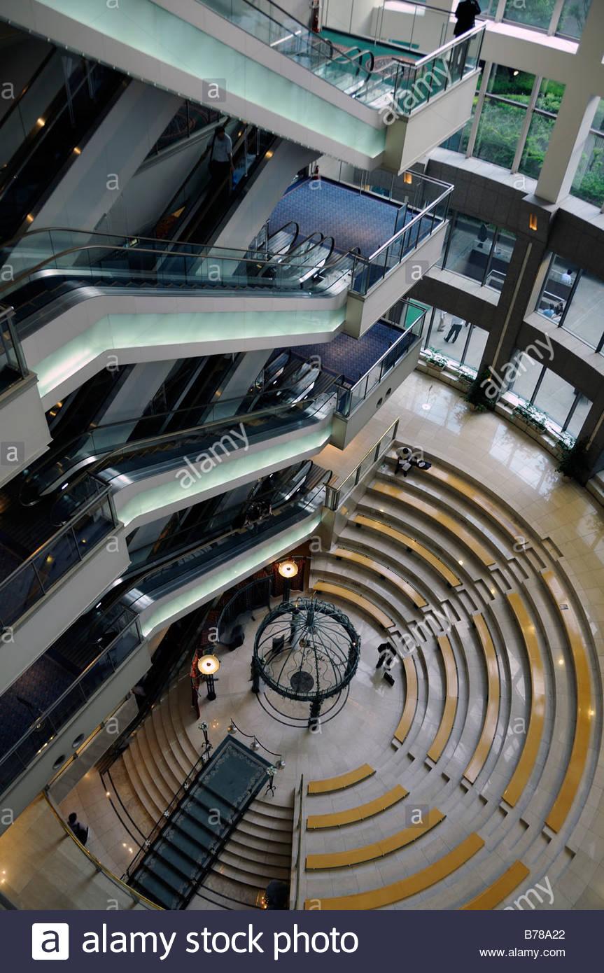 Vista aerea di scale mobili all'interno di edificio, Tokyo, Giappone Immagini Stock