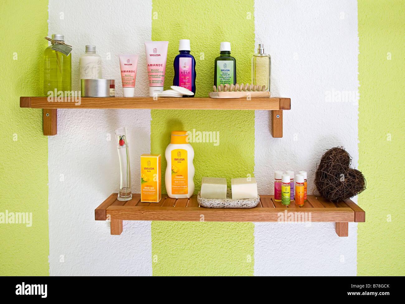 Ripiano in un bagno prodotti per la cura del corpo foto