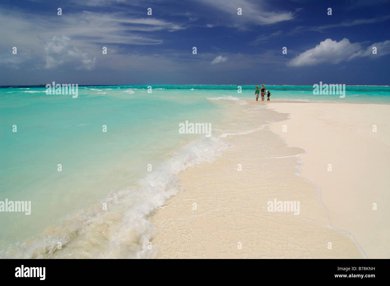 Donna e due bambini sulla spiaggia, Laguna Resort, Maldive, Oceano Indiano Immagini Stock