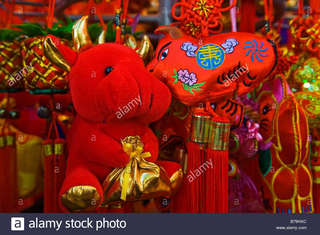 Anno del Bue decorazioni in un mercato di Hong Kong durante il Capodanno cinese 2009. Immagini Stock
