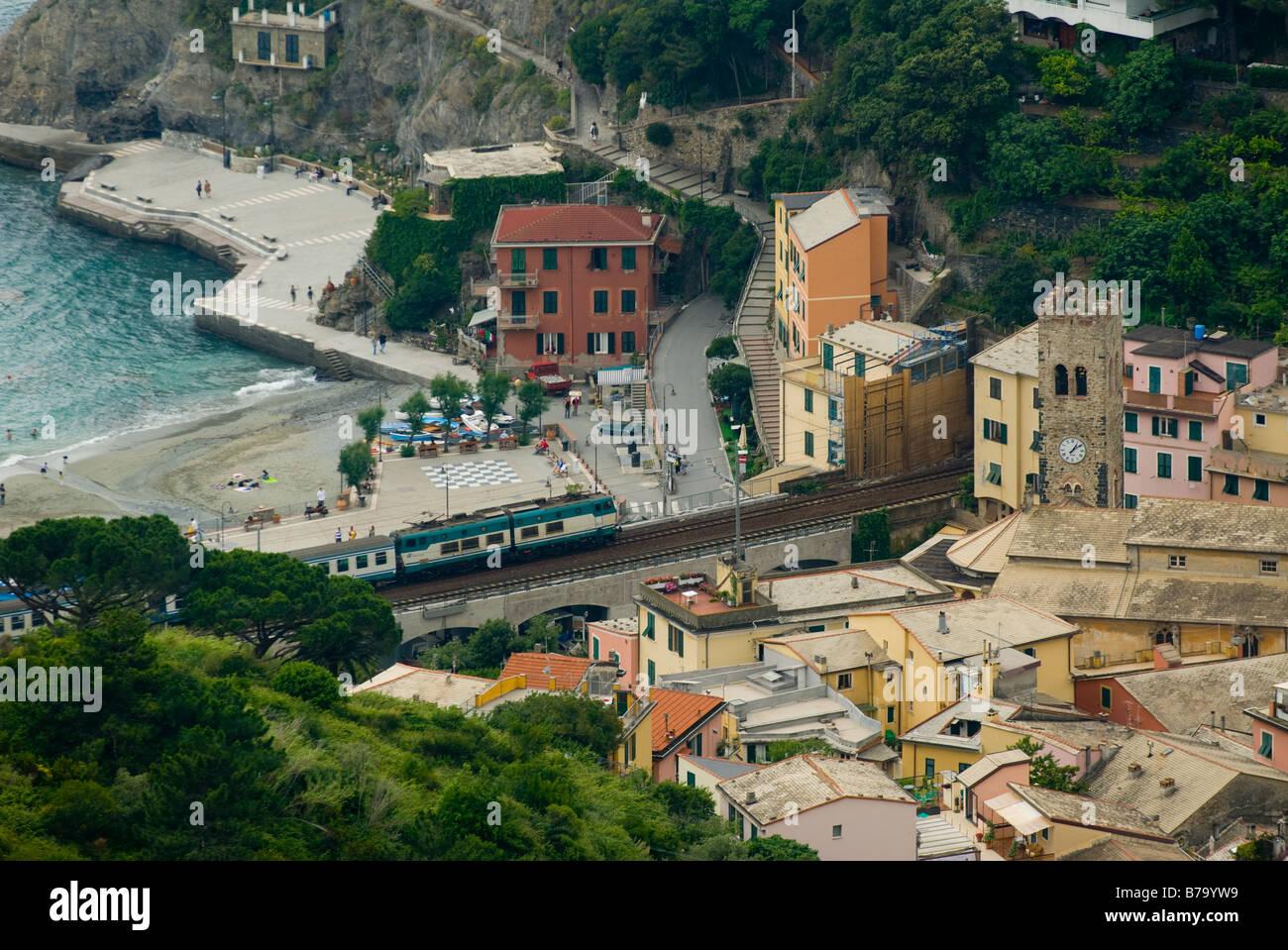 Monterosso al Mare Italia vista del treno e la spiaggia Foto Stock