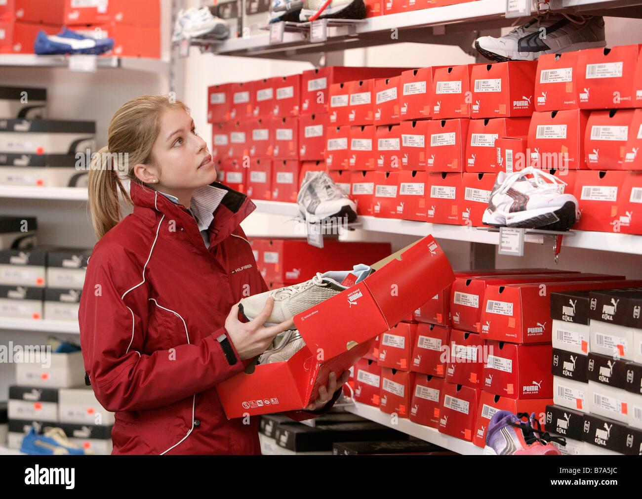 Il cliente di guardare lo sport scarpe, formatori, in Puma