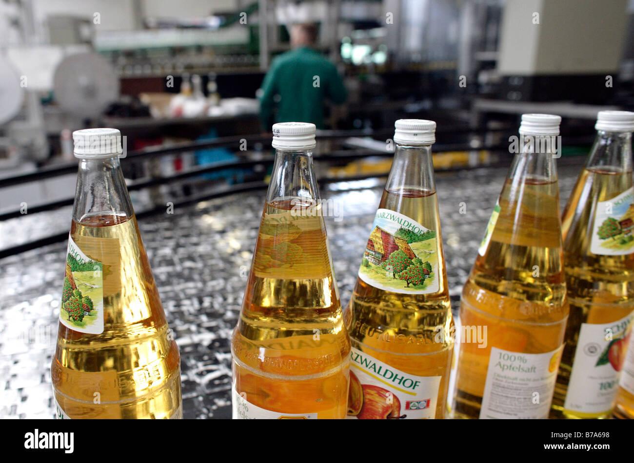 Bottiglie di succo di mela in impianto di imbottigliamento di succo di frutta stampa società, Fruchtsaftkelterei Foto Stock