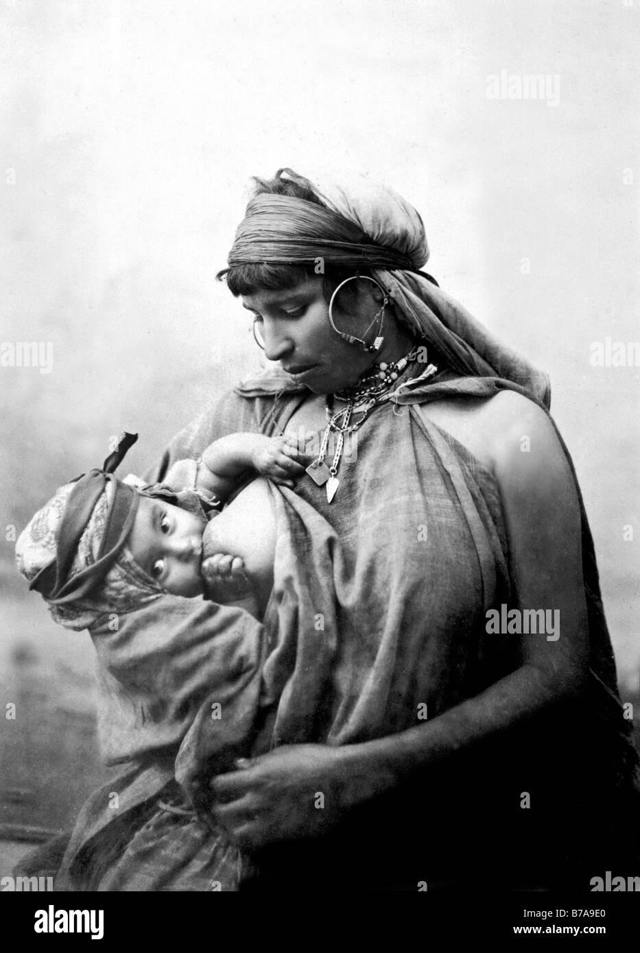 Foto storiche, donna Beduina con baby, Egitto, ca. 1870 Immagini Stock