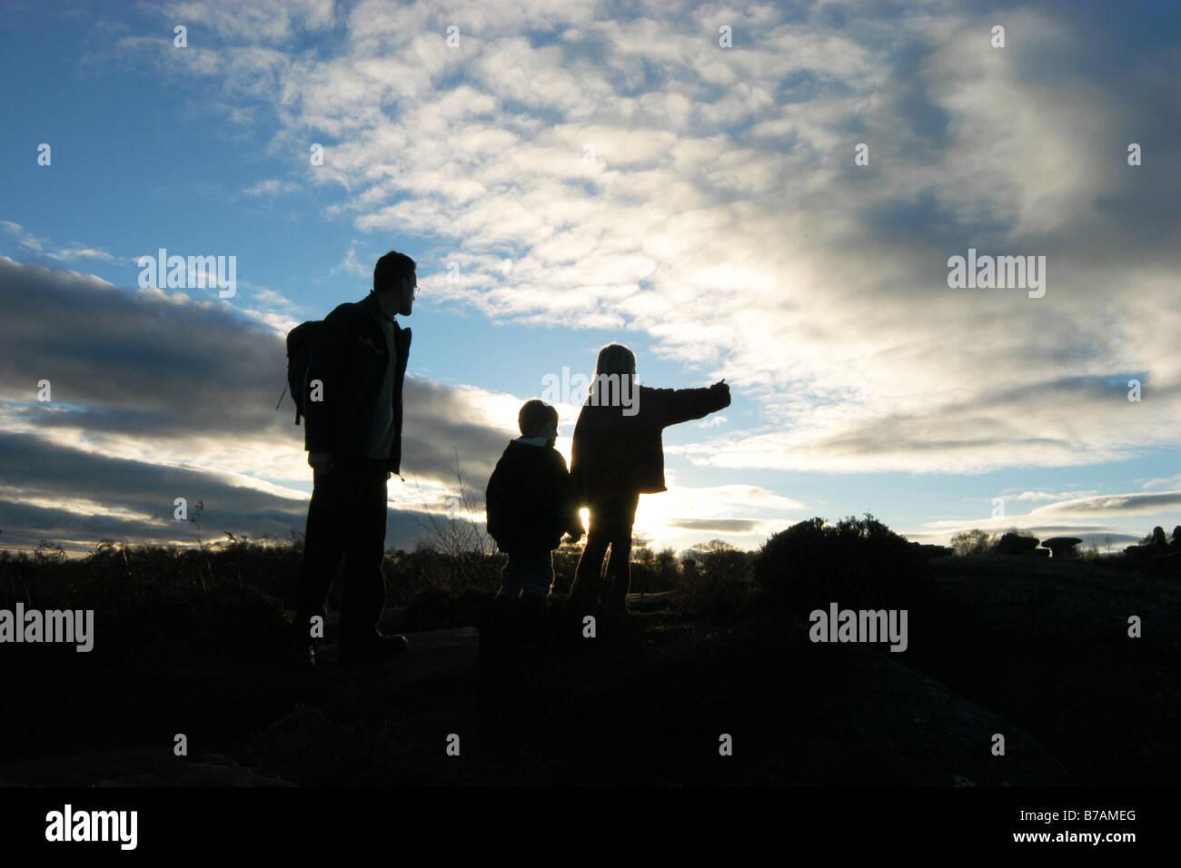 Una famiglia sguardo sulla vista di Brimham Rocks North Yorkshire al tramonto di una giornata invernale e Immagini Stock