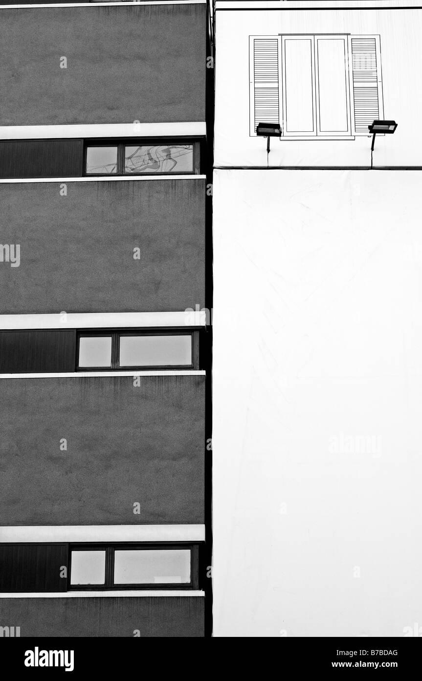 Facciata di edificio coperto con cartelloni Immagini Stock