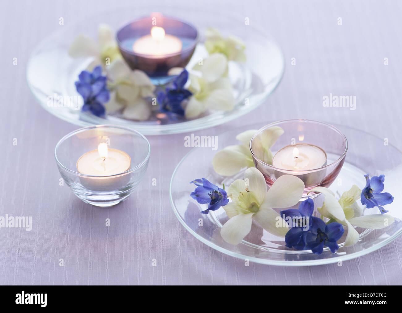 Acceso candele galleggianti e fiori foto immagine stock