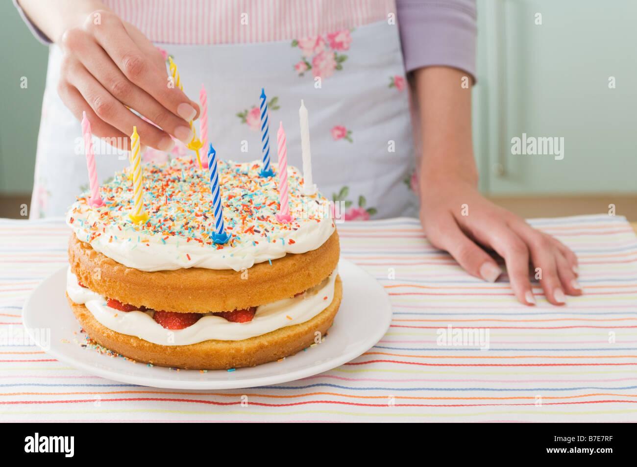 Donna con torta di compleanno Foto Stock