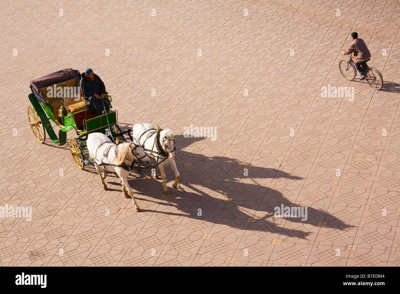 Vista dall'alto del marocchino uomo a cavallo in caleche Place Jemma El Fna nella medina. Marrakech marocco Immagini Stock