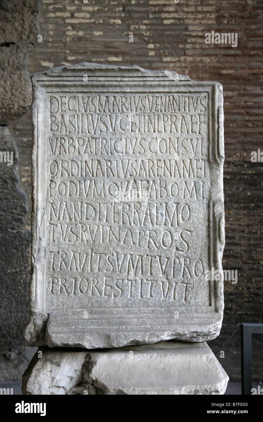 Testo su una pietra nel Colosseo Roma Foto Stock