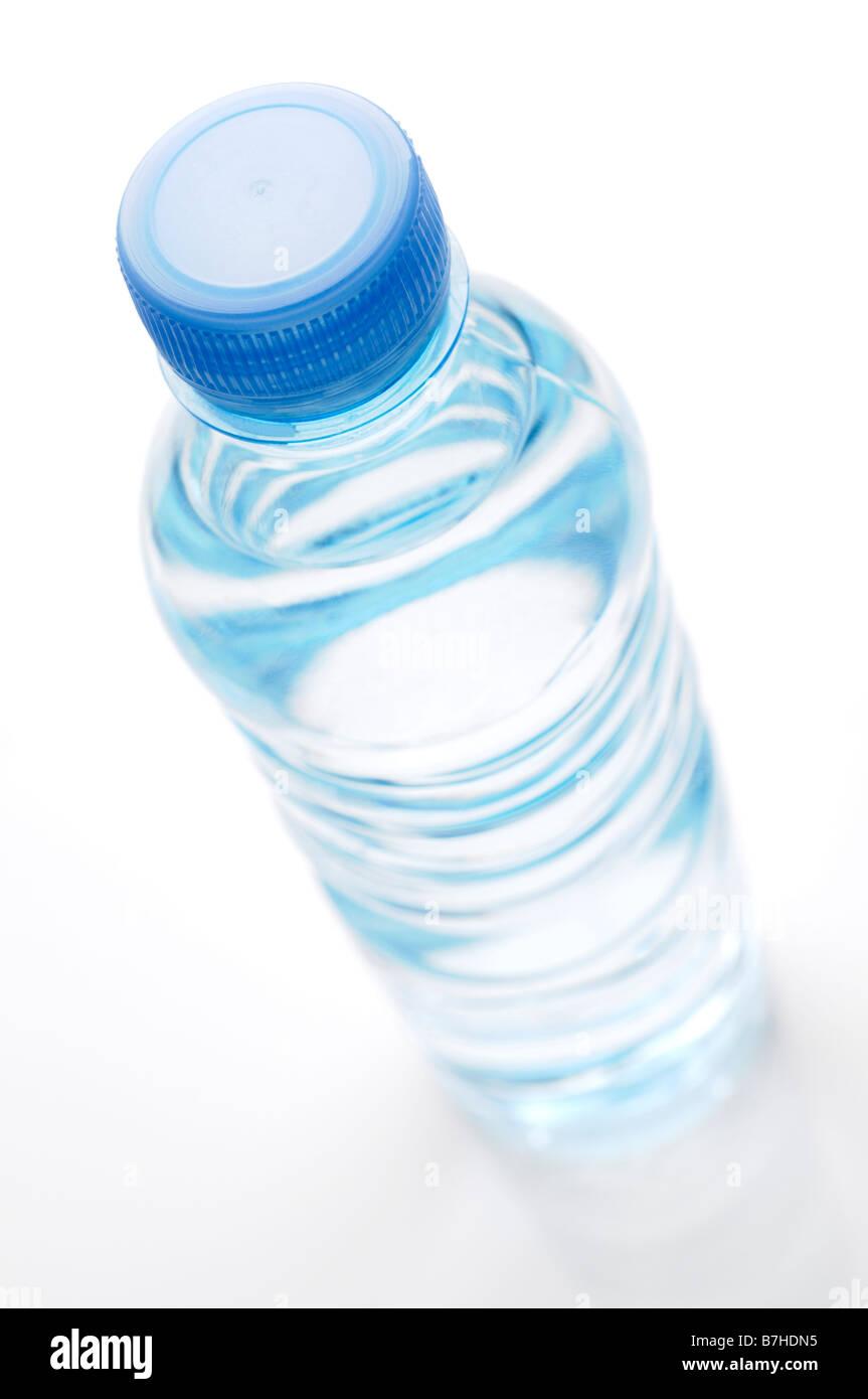 Bottiglia di acqua elevato angolo Immagini Stock