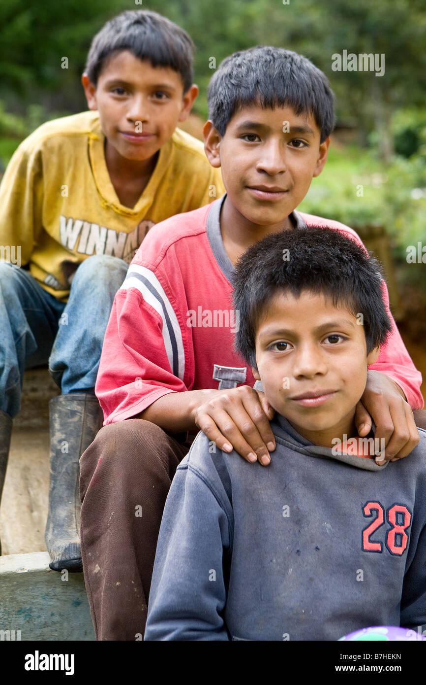Tre ragazzi guatemalteco nelle Highlands Occidentali, Xexocom, Guatemala Immagini Stock