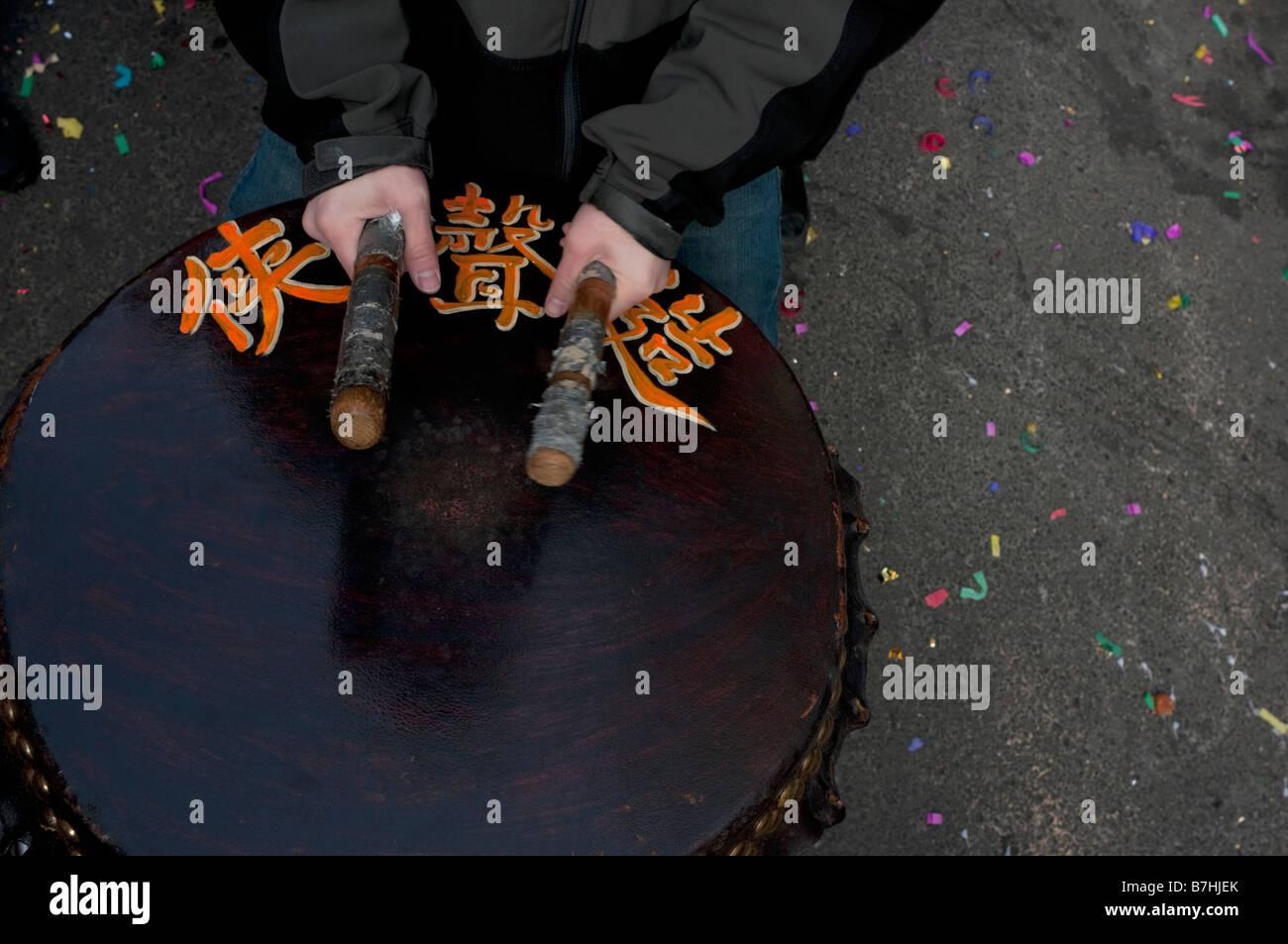 New York NY 26 gennaio 2009 uomo batte un tamburo cinese come la comunità di Chinatown segna il nuovo anno Immagini Stock