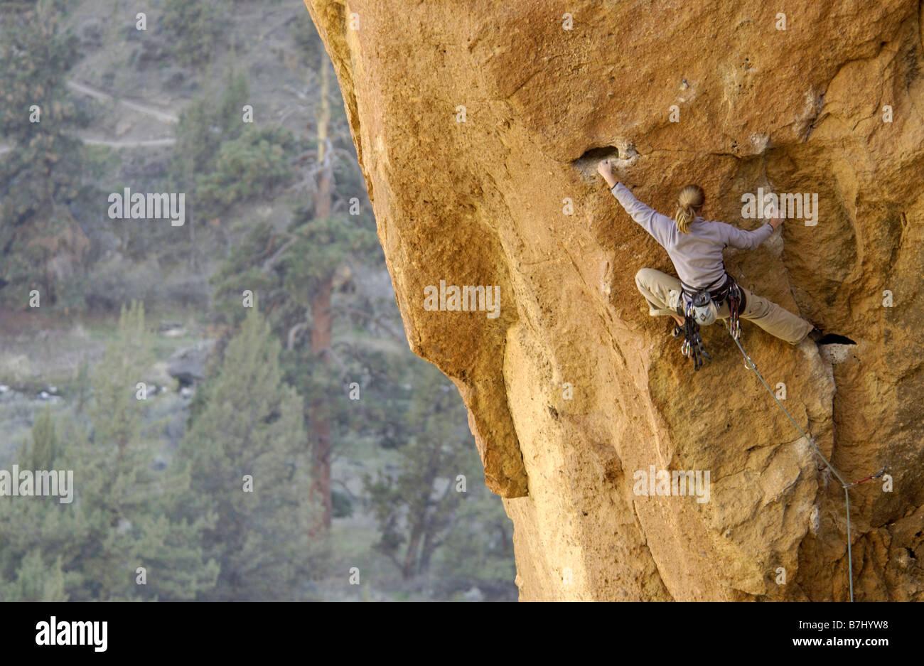 Donna (20-25) per arrampicata su roccia Smith Rock State Park, Oregon, Stati Uniti d'America Immagini Stock