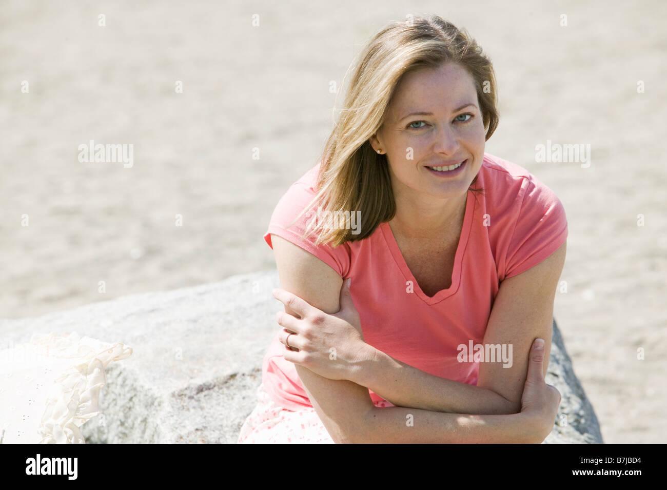 La donna caucasica presso la spiaggia. Sunset Beach, Vancouver, BC Immagini Stock