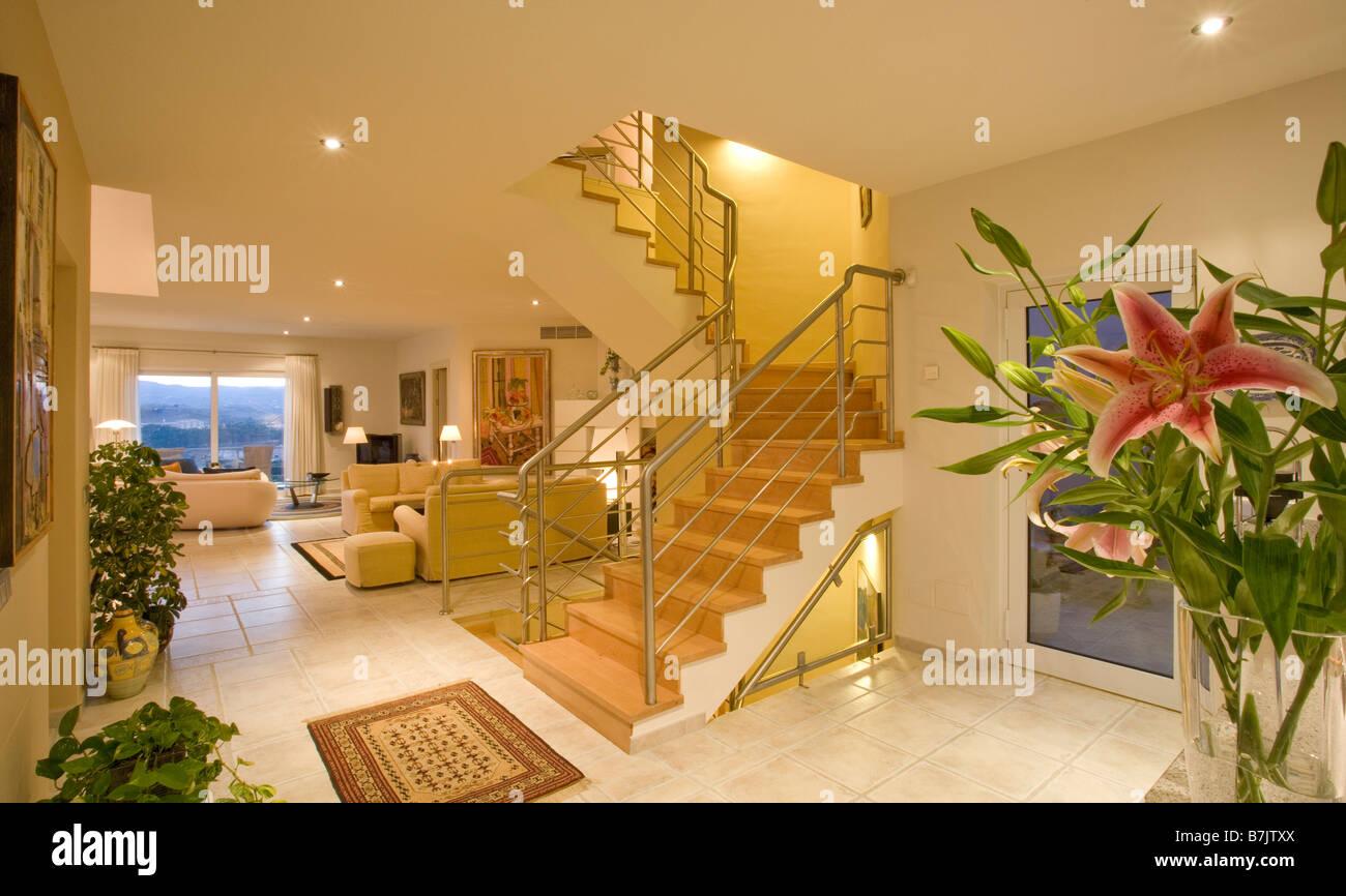 Openplan soggiorno e sala con scale che conducono al primo piano in ...