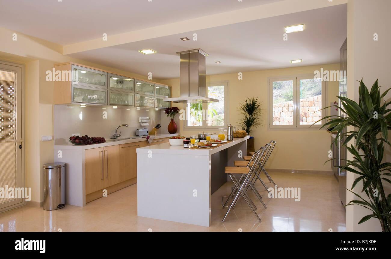 Pavimento in marmo e cucina moderna con illuminato armadi a muro e ...