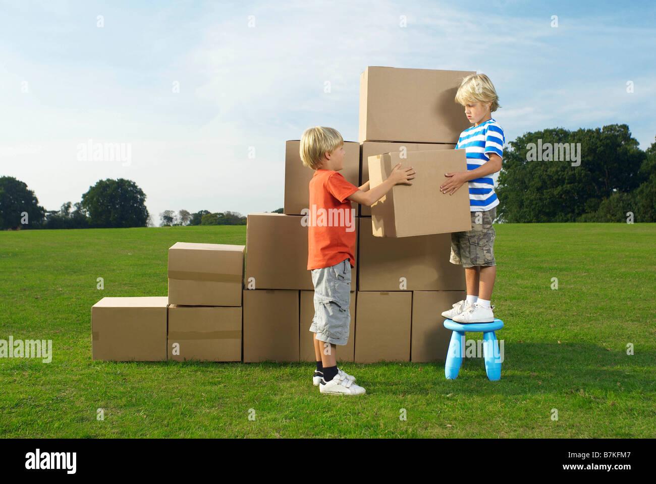 Ragazzi la costruzione di passaggi box Immagini Stock