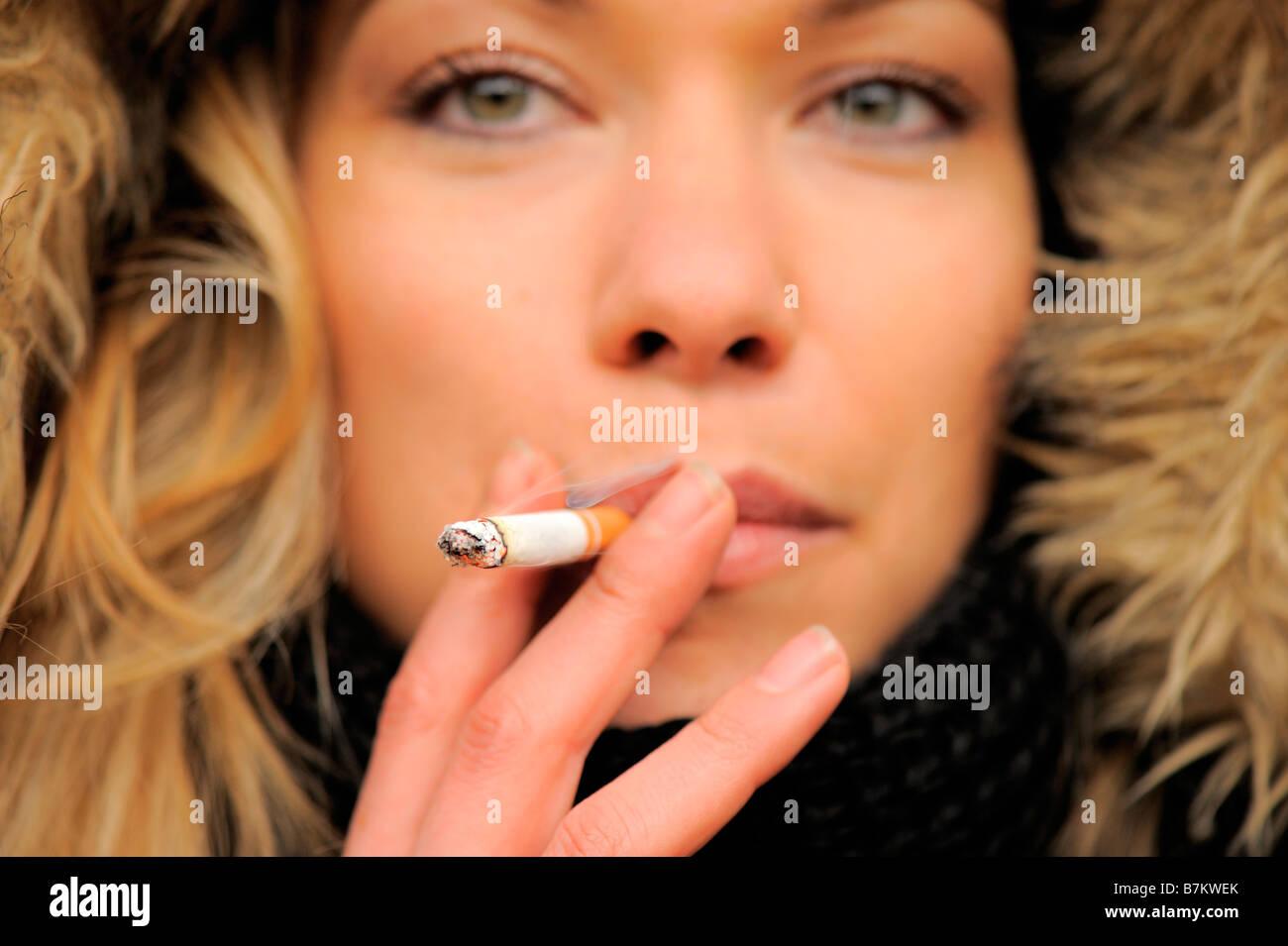 Giovane donna di fumare Immagini Stock