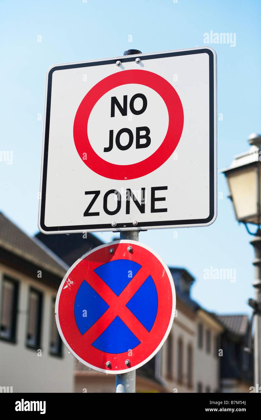 Concetto segno all'inizio di una strada - stai per entrare in una zona ad alto tasso di disoccupazione, la povertà, Immagini Stock
