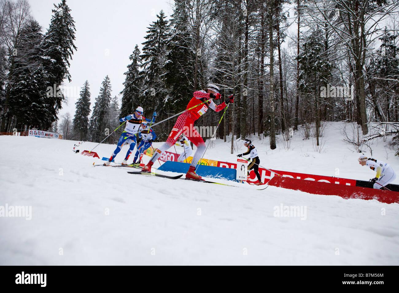 Petra Majdic accelerare da un giro in donne sprint classic Immagini Stock