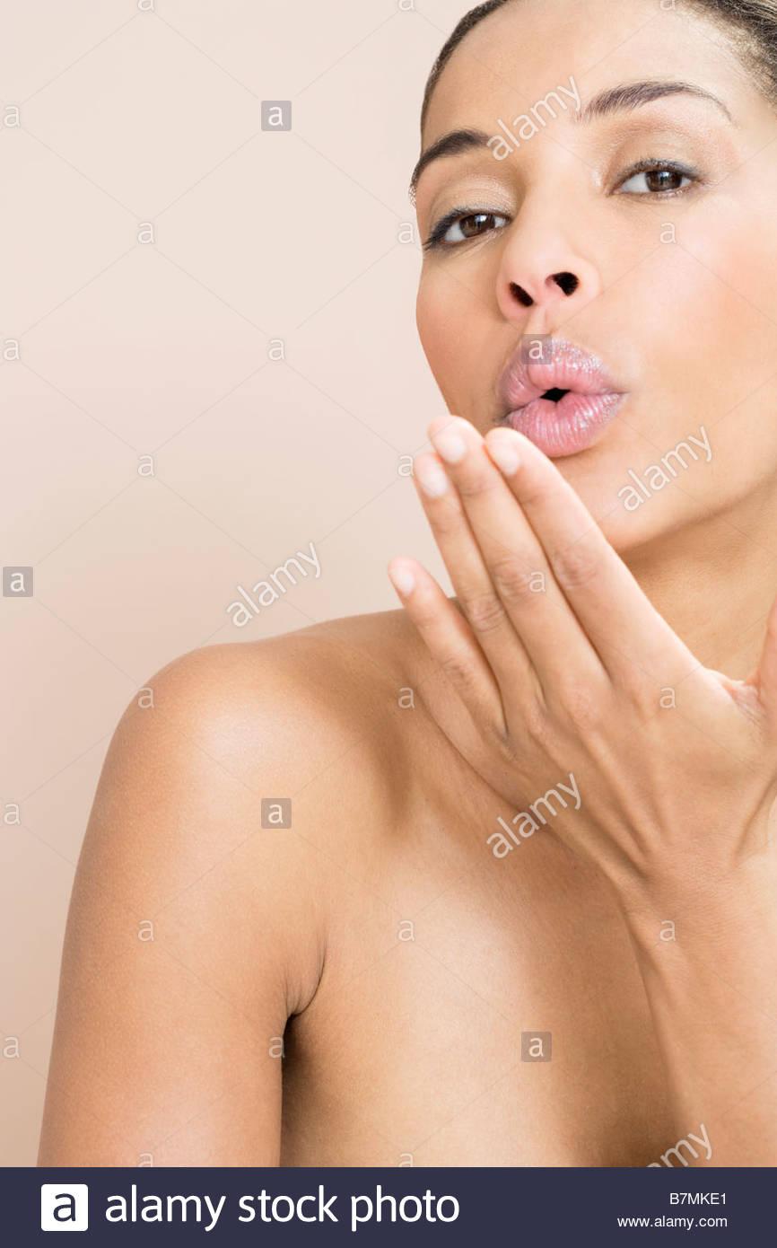 Una donna soffia un bacio Immagini Stock